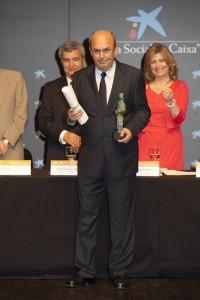 El presidente de UPACE San Fernando, posa con el premio Alares 2013.