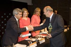 Javier Castro, presidente de UPACE San Fernando, recoge el premio Alares 2013.