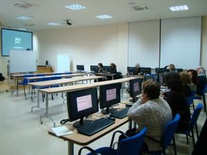Foto vecinos en el aula Informática de UPACE