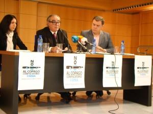 Porras, en el centro, explica los términos de la campaña de apoyo a la ILP contra el copago.