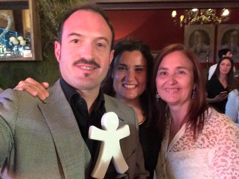 Álex O´Dogherty muestra el trofeo junto a María Fernández y Juana María Rodríguez -de UPACE San Fernando-, anoche durante el acto de entrega de premios celebrado en Madrid.
